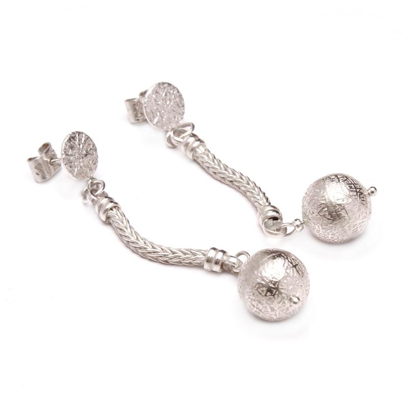 BLING BLING - Arete espiga larga con bola labrada de plata - diseñadora de joyas peruana