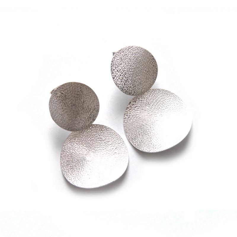 PLATILLOS - Aretes platillos ondeados martillados - diseñadora de joyas peruana
