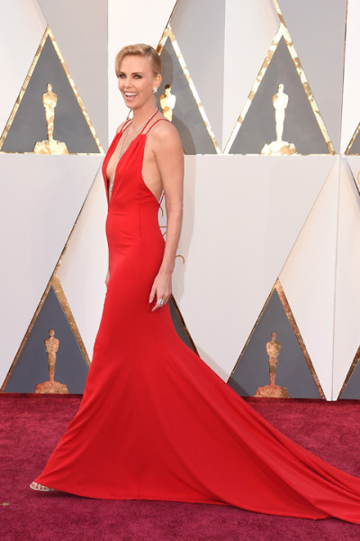 Charlize Theron llegando a los Oscars